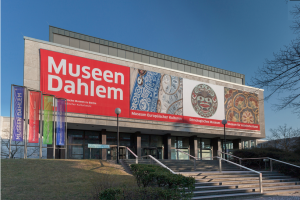 Museen Dahlem, Eingang Lansstraße, © Staatliche Museen zu Berlin / Achim Kleuker