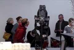 Hello Robot. Eine Enführung durch die Kuratoren Amelie Klein & Thomas Geisler (Englisch)