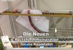 Nico Deinzer erklärt die Rückstoßdemonstration für die Raumfahrt im Deutschen Museum