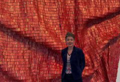 «El Anatsui. Triumphant Scale» – Red Block im Kunstmuseum Bern